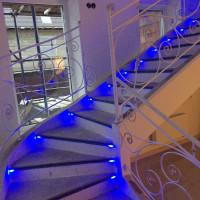 Подсветки лестницы в доме в Красном Бору